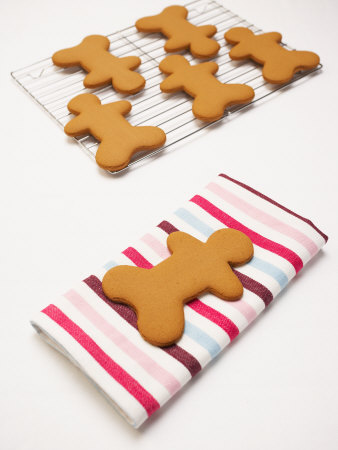 gingerbread-figures-cooling-on-racks-and-towels